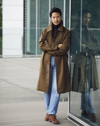 Hellblaue Jeans kombinieren – 500+ Herren Outfits: Erwägen Sie das Tragen von einem braunen Mantel und hellblauen Jeans, um einen modischen Freizeitlook zu kreieren. Braune Wildleder Oxford Schuhe sind eine einfache Möglichkeit, Ihren Look aufzuwerten.