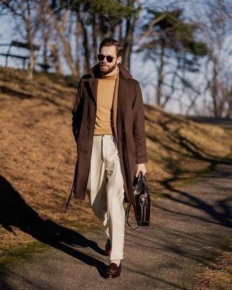 Dunkelbraune Sonnenbrille kombinieren – 500+ Herren Outfits: Kombinieren Sie einen braunen Mantel mit einer dunkelbraunen Sonnenbrille für einen entspannten Wochenend-Look. Machen Sie Ihr Outfit mit dunkelbraunen Leder Slippern eleganter.