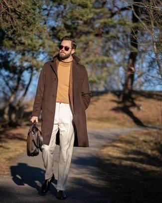 Dunkelbraune Leder Aktentasche kombinieren – 368 Herren Outfits: Ein brauner Mantel und eine dunkelbraune Leder Aktentasche sind eine gute Outfit-Formel für Ihre Sammlung. Setzen Sie bei den Schuhen auf die klassische Variante mit dunkelbraunen Leder Slippern.