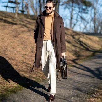 Dunkelbraune Leder Aktentasche kombinieren – 368 Herren Outfits: Erwägen Sie das Tragen von einem braunen Mantel und einer dunkelbraunen Leder Aktentasche für einen entspannten Wochenend-Look. Fühlen Sie sich ideenreich? Vervollständigen Sie Ihr Outfit mit dunkelbraunen Leder Slippern.