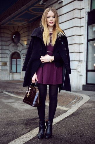 Wie kombinieren: schwarzer Mantel, schwarzes Sakko, lila Skaterkleid, schwarze Leder Stiefeletten
