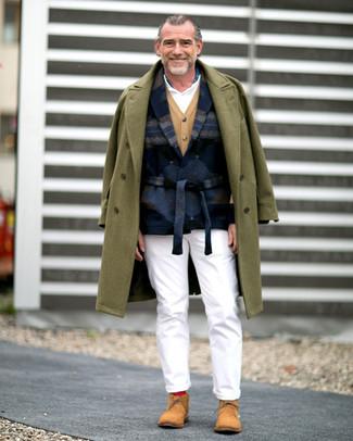 Wie kombinieren: olivgrüner Mantel, dunkelblaues bedrucktes Wollsakko, beige Strickjacke, weißes Polohemd