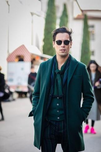 Wie kombinieren: dunkelgrüner Mantel, dunkelblaues und grünes vertikal gestreiftes Sakko, dunkelgrüne Strickjacke, dunkelblaue und grüne vertikal gestreifte Anzughose