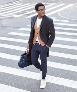 Wie kombinieren: dunkelgrauer Mantel, beige Sakko, weißes T-Shirt mit einem Rundhalsausschnitt, dunkelblaue Jogginghose