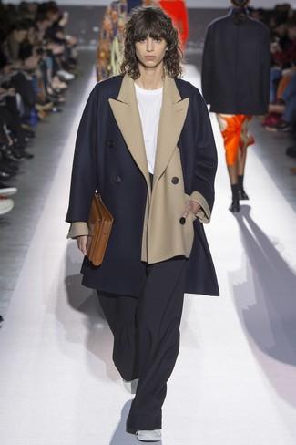 dunkelblauer Mantel, hellbeige Wollsakko, weißes T-Shirt mit einem Rundhalsausschnitt, schwarze weite Hose für Damen