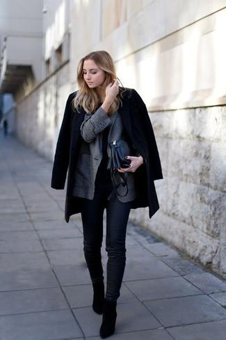 Wie kombinieren: schwarzer Mantel, dunkelgraues Sakko mit Vichy-Muster, schwarzes T-Shirt mit einem Rundhalsausschnitt, schwarze enge Jeans