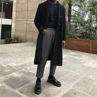 Wie kombinieren: schwarzer Mantel, schwarzes Sakko, schwarzes T-Shirt mit einem Rundhalsausschnitt, schwarze und weiße Anzughose mit Karomuster