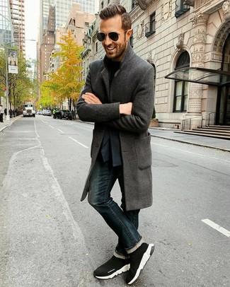 Wie kombinieren: dunkelgrauer Mantel, dunkelblaues Sakko, schwarzes T-Shirt mit einem Rundhalsausschnitt, dunkelblaue Jeans