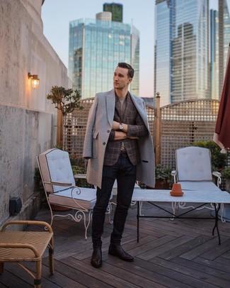 Wie kombinieren: grauer Mantel, braunes Sakko mit Schottenmuster, graues T-Shirt mit einem Rundhalsausschnitt, dunkelblaue Jeans