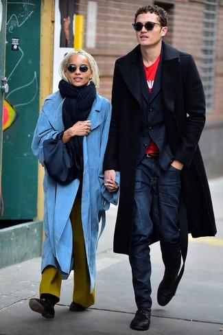 Wie kombinieren: schwarzer Mantel, dunkelblaues Wollsakko, rotes bedrucktes T-Shirt mit einem Rundhalsausschnitt, dunkelblaue Jeans
