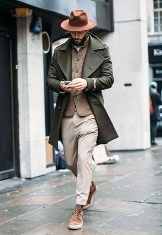 Dunkelgrüne horizontal gestreifte Socken kombinieren – 9 Herren Outfits: Für ein bequemes Couch-Outfit, erwägen Sie das Tragen von einem olivgrünen Mantel und dunkelgrünen horizontal gestreiften Socken. Ergänzen Sie Ihr Look mit braunen Wildleder niedrigen Sneakers.