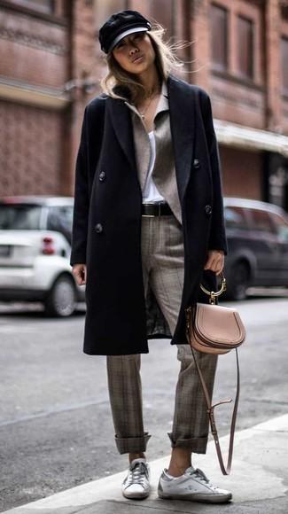 Wie kombinieren: schwarzer Mantel, graues Sakko, weißes T-Shirt mit einem V-Ausschnitt, graue Anzughose mit Schottenmuster