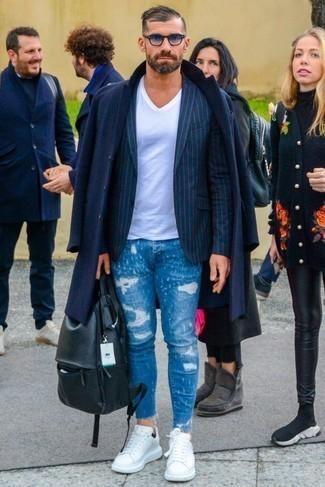 Weiße Leder niedrige Sneakers kombinieren: trends 2020: Vereinigen Sie einen dunkelblauen Mantel mit blauen engen Jeans mit Destroyed-Effekten, um mühelos alles zu meistern, was auch immer der Tag bringen mag. Weiße Leder niedrige Sneakers sind eine großartige Wahl, um dieses Outfit zu vervollständigen.