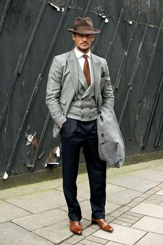Wie kombinieren: grauer Mantel, graues Sakko, graue Weste, weißes Businesshemd