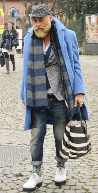 Wie kombinieren: hellblauer Mantel, graues Wollsakko, dunkelblaue Wollweste, weißes T-Shirt mit einem V-Ausschnitt