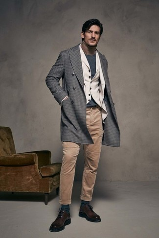 Wie kombinieren: grauer Mantel mit Vichy-Muster, hellbeige Wollsakko, hellbeige Wollweste, beige Rollkragenpullover