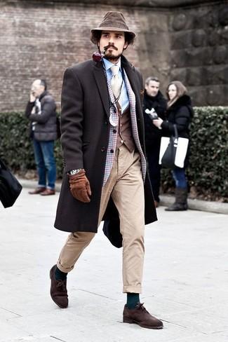 Dunkelbraunen Mantel kombinieren: Tragen Sie einen dunkelbraunen Mantel und eine hellbeige Chinohose für Drinks nach der Arbeit. Dunkelbraune Wildleder Oxford Schuhe sind eine einfache Möglichkeit, Ihren Look aufzuwerten.