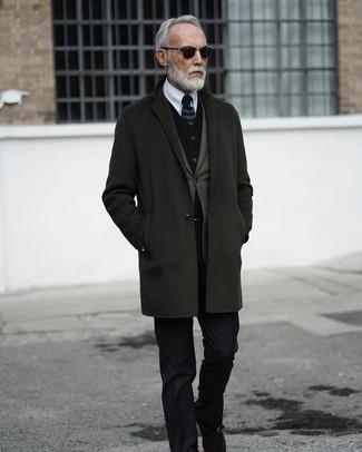 Wie kombinieren: dunkelgrauer Mantel, olivgrünes Sakko, schwarze Samtweste, weißes Businesshemd