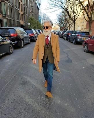 Jeans kombinieren: Paaren Sie einen camel Mantel mit Jeans, um einen eleganten, aber nicht zu festlichen Look zu kreieren. Fühlen Sie sich mutig? Entscheiden Sie sich für beige Chukka-Stiefel aus Wildleder.
