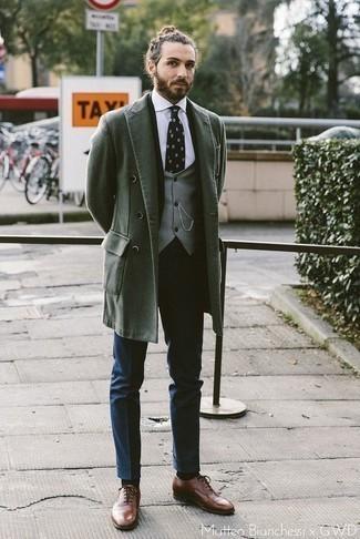 Braune Leder Oxford Schuhe kombinieren für Herbst: trends 2020: Kombinieren Sie einen dunkelgrünen Mantel mit einer dunkelblauen Anzughose, um vor Klasse und Perfektion zu strotzen. Komplettieren Sie Ihr Outfit mit braunen Leder Oxford Schuhen. Ein schöner Herbst-Look.