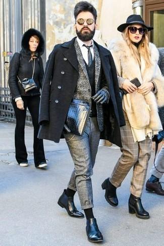 Dunkelgraue Chinohose kombinieren – 5 Elegante Herren Outfits kalt Wetter: Die Paarung aus einem schwarzen Mantel und einer dunkelgrauen Chinohose ist eine gute Wahl für einen Tag im Büro. Fühlen Sie sich ideenreich? Vervollständigen Sie Ihr Outfit mit schwarzen Chelsea Boots aus Leder.