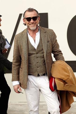 Alessandro Squarzi trägt camel Mantel, braunes Wollsakko, braune Wollweste, weißes Langarmhemd