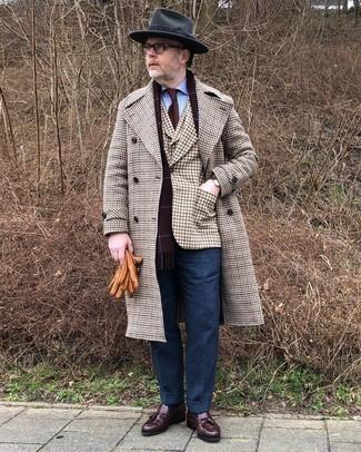 Braunes Sakko mit Vichy-Muster kombinieren – 54 Herren Outfits: Paaren Sie ein braunes Sakko mit Vichy-Muster mit einer dunkelblauen Wollanzughose für eine klassischen und verfeinerte Silhouette. Ergänzen Sie Ihr Look mit dunkelbraunen Leder Slippern mit Quasten.