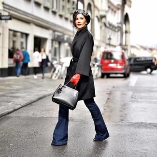 Wie kombinieren: schwarzer Mantel, dunkelblaue Schlagjeans, schwarze Leder Stiefeletten, schwarze Shopper Tasche aus Leder