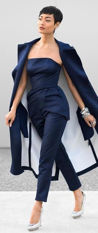 Wie kombinieren: dunkelblauer Mantel, dunkelblaues Schößchen-Top, dunkelblaue Anzughose, silberne Leder Pumps