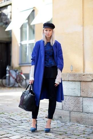 Entscheiden Sie sich für einen raffinierten Look mit einem blauen Mantel und einer schwarzen enger Hose. Dieses Outfit passt hervorragend zusammen mit blauen Wildleder Pumps.