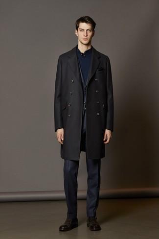 schwarzer Mantel, dunkelblauer Anzug mit Karomuster, dunkelblauer Pullover mit einem zugeknöpften Kragen, dunkelbraune Monks aus Leder für Herren