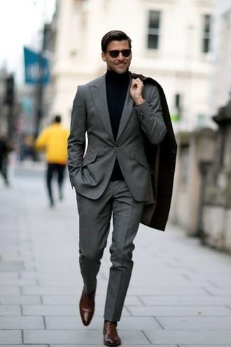 Schwarzer mantel und braune schuhe