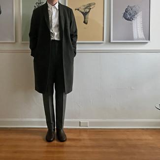 Dunkelbraune Chelsea Boots aus Leder kombinieren – 500+ Herren Outfits: Entscheiden Sie sich für einen schwarzen Mantel und eine dunkelgraue Anzughose für eine klassischen und verfeinerte Silhouette. Dunkelbraune Chelsea Boots aus Leder verleihen einem klassischen Look eine neue Dimension.