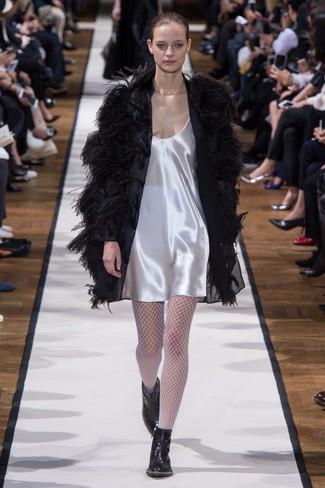 schwarzer Federmantel, weißes Camisole-Kleid aus Satin, schwarze Leder Stiefeletten, weiße Netzstrumpfhose für Damen