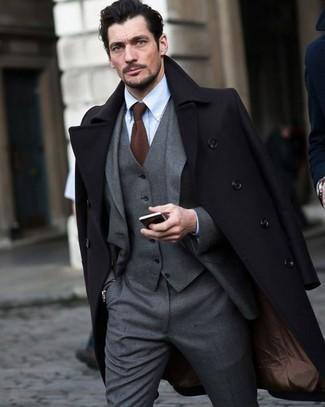 Braune Strick Krawatte kombinieren: trends 2020: Vereinigen Sie einen schwarzen Mantel mit einer braunen Strick Krawatte, um vor Klasse und Perfektion zu strotzen.