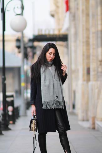 Grauen Schal kombinieren – 25 Elegante Damen Outfits: Diese Kombination aus einem schwarzen vertikal gestreiften Mantel und einem grauen Schal schafft die perfekte Balance zwischen geradlinigem Tomboy-Look und modernem Stil.