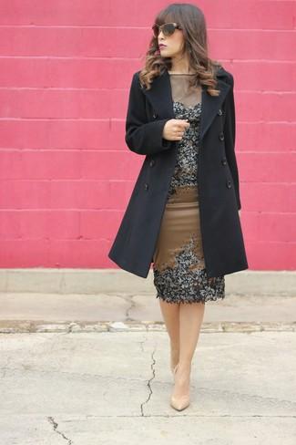 Wie kombinieren: schwarzer Mantel, braunes verziertes Etuikleid, hellbeige Leder Pumps, braune Sonnenbrille