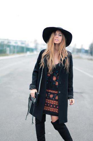 Wie kombinieren: schwarzer Mantel, schwarzes besticktes gerade geschnittenes Kleid, schwarze Overknee Stiefel aus Wildleder, schwarzer Wollhut