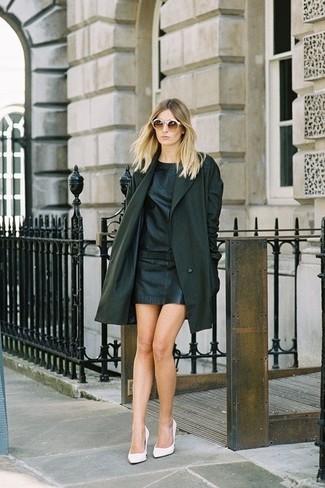 Wie kombinieren: schwarzer Mantel, schwarzes gerade geschnittenes Kleid aus Leder, weiße Leder Pumps, braune Sonnenbrille