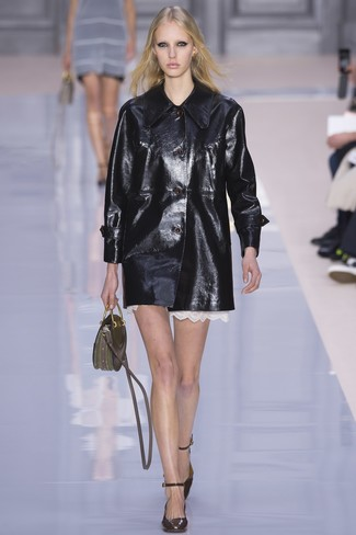 schwarzer Ledermantel, weißes gerade geschnittenes Kleid aus Spitze, dunkelbraune Leder Pumps, olivgrüne Lederhandtasche für Damen