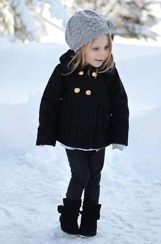 Wie kombinieren: schwarzer Mantel, schwarze Jeans, schwarze Stiefel, graues Barett