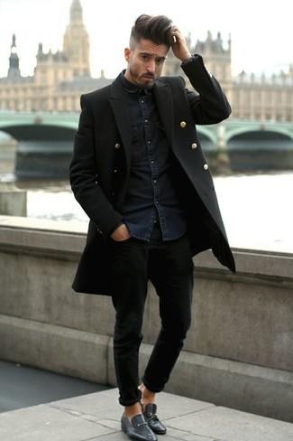 Wie kombinieren: schwarzer Mantel, dunkelblaues Jeanshemd, schwarze Jeans, schwarze Leder Slipper