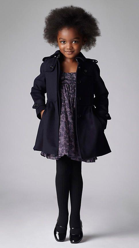 lila kleid mit schwarzer strumpfhose elegante kleider dieses jahr. Black Bedroom Furniture Sets. Home Design Ideas
