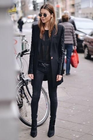 Schwarze Chiffon Langarmbluse kombinieren: trends 2020: Trendige Versionen einer schwarzen Chiffon Langarmbluse und schwarzen enger Jeans geben Ihnen die Möglichkeit, Ihren Casual-Stil immer wieder neu zu definieren. Ergänzen Sie Ihr Look mit schwarzen Wildleder Stiefeletten.