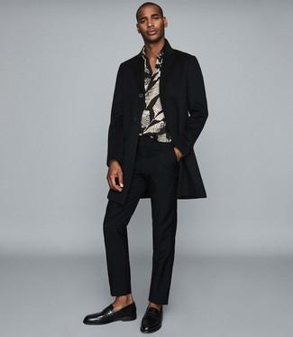 Wie kombinieren: schwarzer Mantel, schwarzes bedrucktes Langarmhemd, schwarze Anzughose, schwarze Leder Slipper