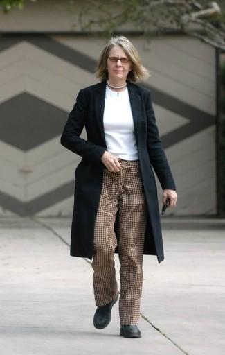 Wie kombinieren: schwarzer Mantel, weißes Langarmshirt, braune Karottenhose mit Karomuster, schwarze Leder Stiefeletten