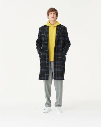 schwarzer Mantel mit Schottenmuster, gelber Pullover mit einem Kapuze, graue Anzughose, weiße Leder niedrige Sneakers für Herren