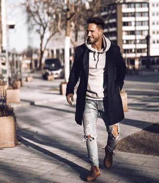 Wie kombinieren: schwarzer Mantel, grauer Pullover mit einem Kapuze, hellblaue enge Jeans mit Destroyed-Effekten, braune Wildlederfreizeitstiefel