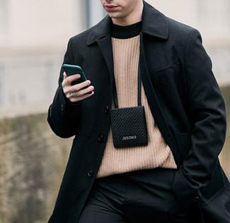 Wie kombinieren: schwarzer Mantel, beige Pullover mit einem Rundhalsausschnitt, schwarze Anzughose, schwarzer Brustbeutel