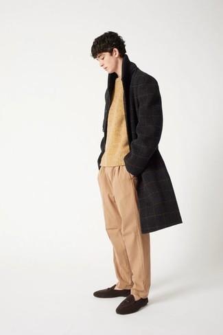 Schwarzen Mantel mit Karomuster kombinieren – 8 Herren Outfits: Kombinieren Sie einen schwarzen Mantel mit Karomuster mit einer beige Chinohose für Drinks nach der Arbeit. Machen Sie Ihr Outfit mit dunkelbraunen Wildleder Slippern eleganter.